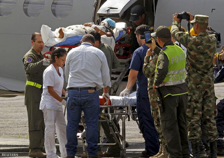 A június végén megmentett nő és gyermeke a repülőtéren