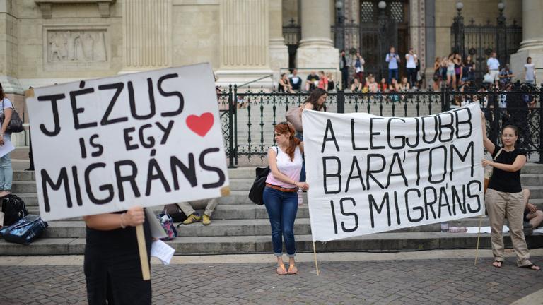 Ellenkerítést állítottak, és tüntetnek a Bazilikánál