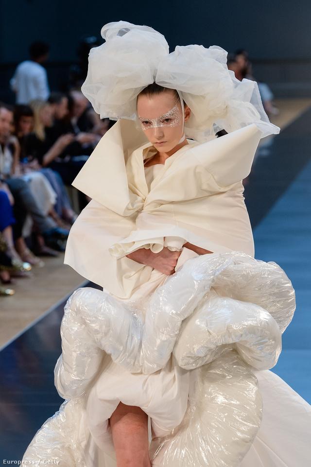 John Galliano nem viccelt, fehér műanyag zsákoktól rittyentett menyasszonyi ruhát a Maison Margielának.