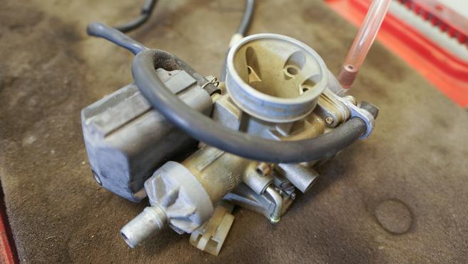 Egy 50-es robogó szépen elmosott karburátora
