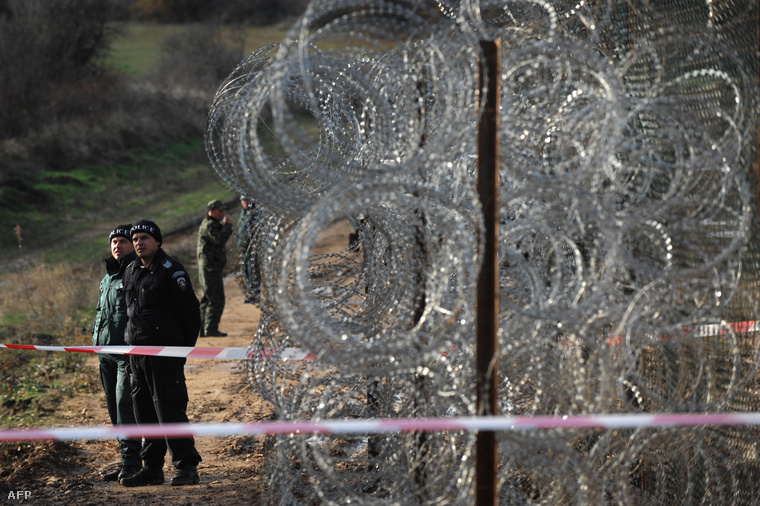 Határőrök a bolgár-török határnál épülő kerítés mellett, Golyam Dervent település közelében.