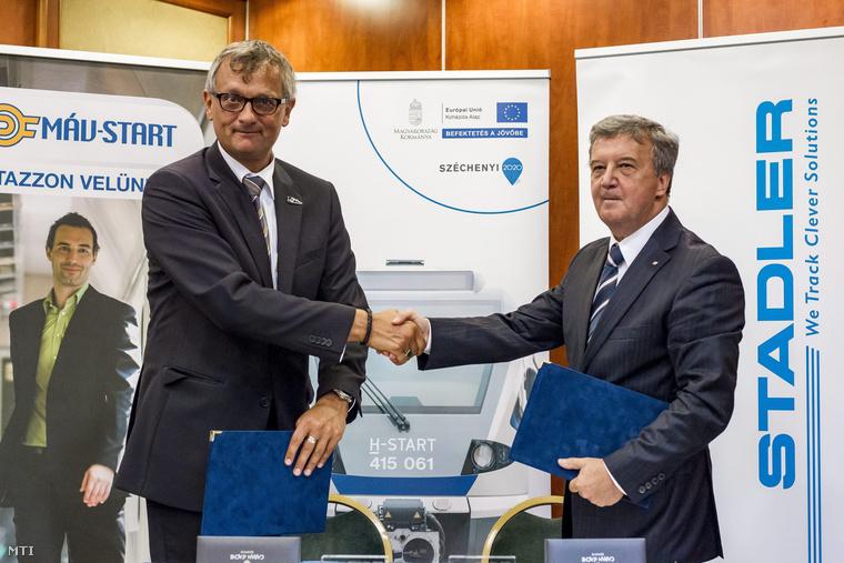 Dunai Zoltán a Stadler Rail Csoport országigazgatója (b) és Zaránd György a MÁV-START Zrt. vezérigazgatója