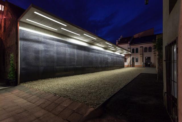 Nemrég adták át a debreceni zsinagóga udvarán azt a holokauszt emlékművet, melyre a Hajdú-Bihar megyei székhely írta aki a hallgatói pályázatot és aminek nyertes művét Nagy Marianna készítette el.