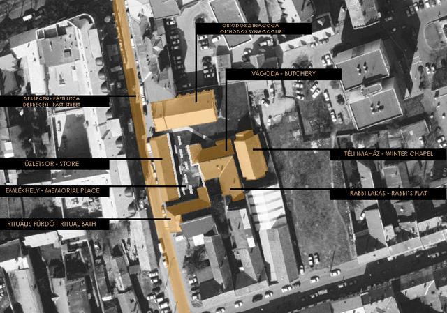 """""""Az emlékezés lehetőségét az itt elhelyezett beton ülőpadok hozzák létre, melyek a kivitelezés második ütemében készülnek el. A régi fal tégláinak sávjai, a kavicsburkolatban elhelyezett hosszú ülőpadok, az emlékfalon szereplő nevek sorai, a köztük lévő üres hiány helyekkel, valamint a tetőkonzolban lévő perforációk mind-mind egy összefüggő térbeli folyamat meghatározó elemei. """""""