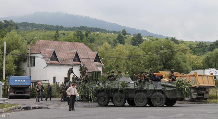 Ukrán páncélozott harci járművek a Munkács melletti Lavkiban 2015. július 13-án.