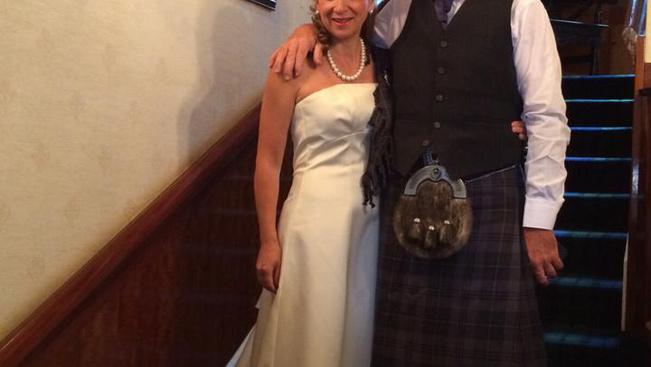 Esküvői szettel együtt veszett el a csomagja, Facebookon szereztek ruhát a menyasszonynak