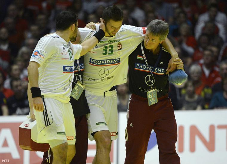 A sérült Ancsin Gábort segítik le a pályáról a Dániában zajló férfi kézilabda Európa-bajnokság középdöntőjének második fordulójában játszott Dánia-Magyarország mérkőzésen a herningi Boxen arénában 2014. január 20-án.