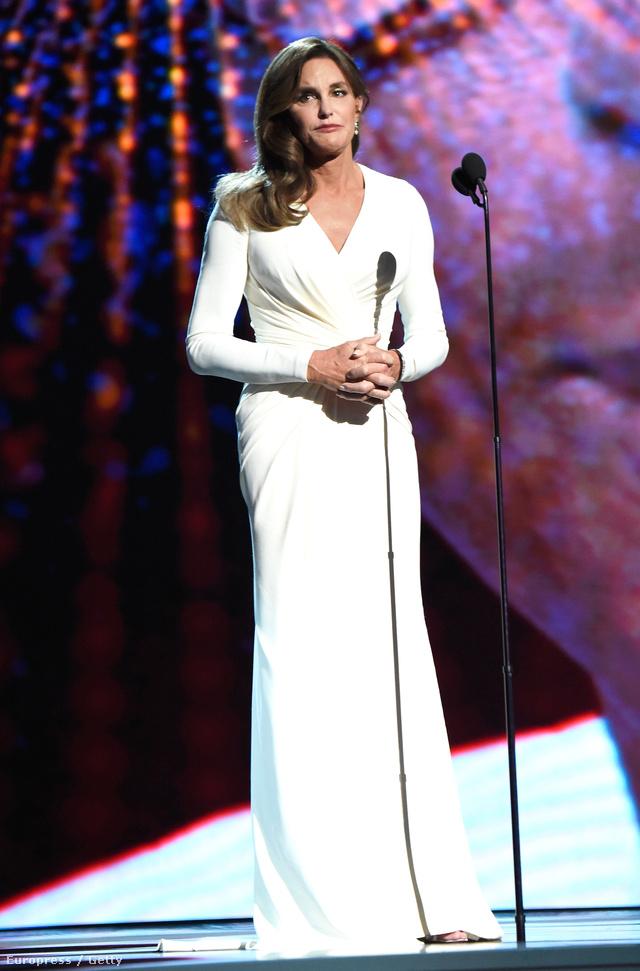 Idén Caitlyn Jenner kapta az Arthur Ashe-díjat, amit egy hófehér Versace-estélyiben vett át.