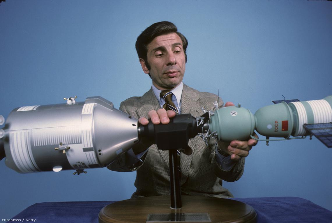 Jules Bergman az összekapcsolódást közvetítő műsorban mutatja be a két modul makettjét.