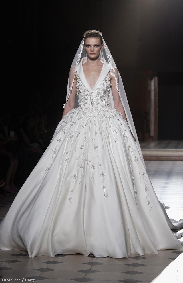 Galléros megoldású klasszikus menyasszonyi ruha fátyollal Tony Ward gyűjteményében.