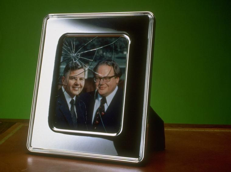 Kép William Herbert Hunt és Nelson Herbert Huntról ezüstkeretben és törött üveggel, miután nagyot esett az ezüst ára.