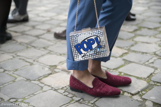 """2015. január, a párizsi Haute Couture divathét harmadik napja: az idei tavaszi-nyári haute couture trendeket bemutató rendezvényre valaki egy Topshop """"Pop"""" táskával érkezett."""