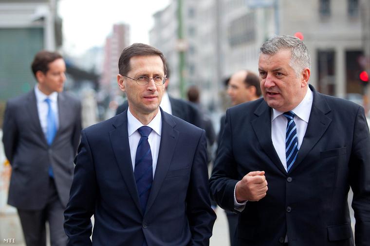 A németországi látogatáson tartózkodó Varga Mihály nemzetgazdasági miniszter Berlinben 2013. április 11-én. Mellette Czukor József Magyarország berlini nagykövete.