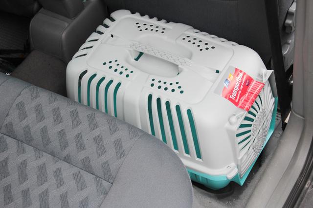A kisebb szállítódobozokat akár a hátsó lábtérbe is tehetjük, az első üléssel be lehet úgy szorítani, hogy ne szabaduljon el egykönnyen