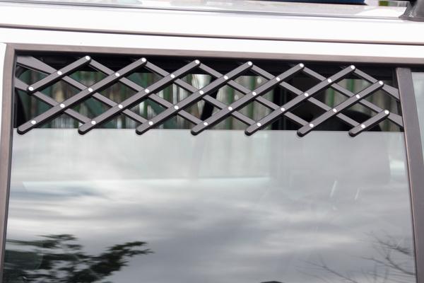 Az lehúzott oldalablakba feszíthető rácson keresztül jól szellőzik a kocsi, de a kutya nem tud kilógni, és senki nem tud benyúlni a kocsiba