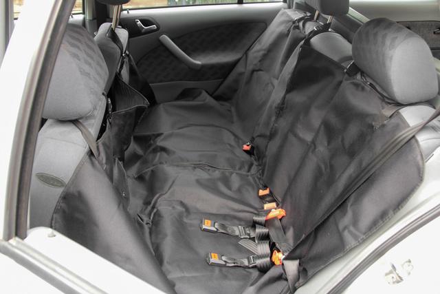 Az ülésvédő huzat megvédi a kárpitot a sérülésektől és kosztól. A műszálas gyöngyvászon könnyen takarítható, az elmozdulás ellen az első és hátsó fejtámlákhoz lehet rögzíteni. Vannak még nagyobb védelmet biztosító verziók is, ezek az ajtók kárpitját is eltakarják