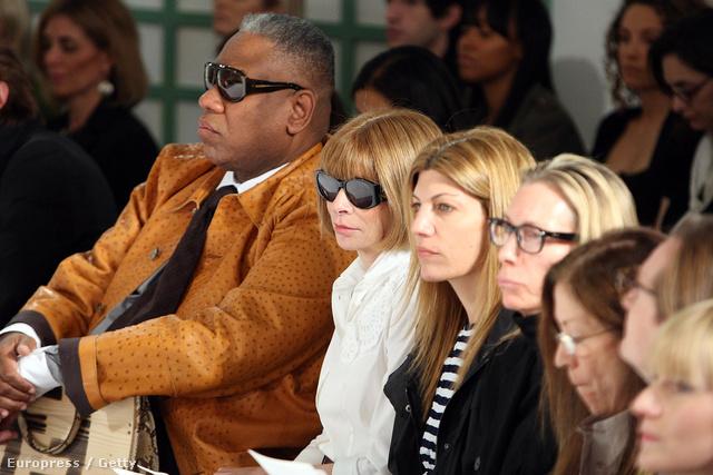 André Leon Talley, a kiállítás kurátora és Anna Wintour, a Vogue főszerkesztője Oscar de la Renta 2009-es resort kollekciójának bemutatóján