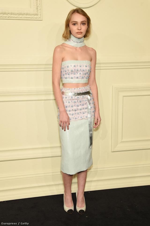 Tetőtől-talpig Chanelben a divatház Metiers d'Art néven futó kollekciójának bemutatóján New Yorkban.