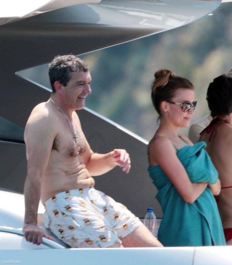 Antonio Banderas és új barátnője, Nicole Kimpel hajózik, hajóról fürdik