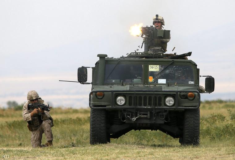 Amerikai katonák egy Humwee terepjáróval az Agile Spirit 2015 fedőnevű a NATO-val közös hadgyakorlaton a grúz főváros Tbiliszi közelében fekvő Vaziani támaszpontjának gyakorlóterén 2015. július 21-én.