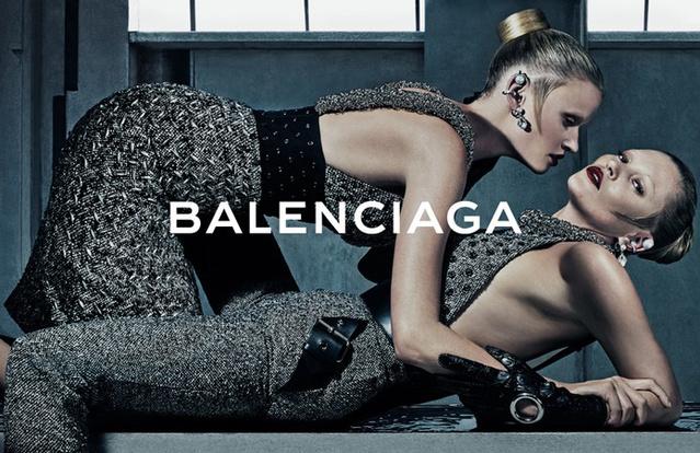 Kate Moss és Lara Stone ölelgeti egymást a Balenciaga kampányában.