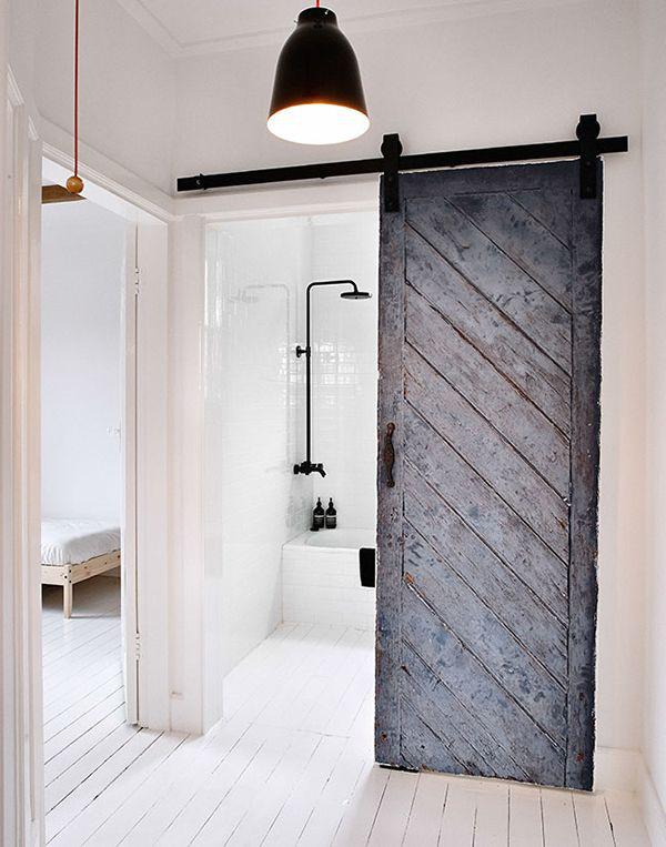 Finoman visszatérő fekete árnyalatok a fürdőszobában.