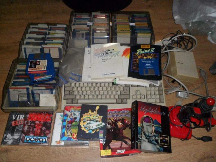 Amiga 500 játékokkal, joystickekkel és egyéb kiegészítőkkel, mindössze £156