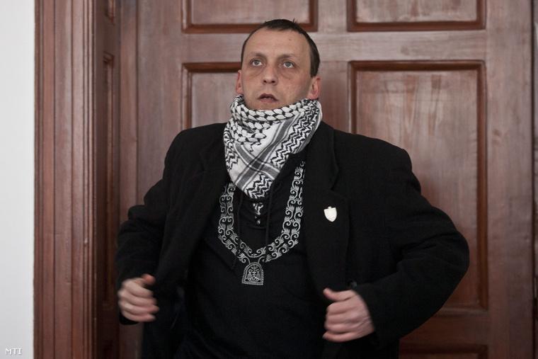 Kiss Róbert érkezik a tárgyalásra. Stummer Attila bíró vezette tanácsa előtt kezdődött meg Kiss Róbert egykori gárdafőkapitány és társai büntetőpere a Pesti Központi Kerületi Bíróságon. Az ügyészség törvény elleni izgatással vádolja a korábban jogerősen feloszlatott Magyar Gárda vezetőit akik a szervezet betiltása után több rendezvényt illetve vonulást is szervezetek 2009-ben Budapesten Szentendrén és Kerepestarcsán. (2011)
