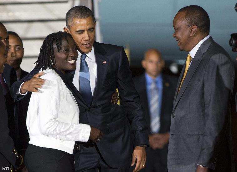 Barack Obama amerikai elnök a féltestvérével, Auma Obamával és Uhuru Kenyatta kenyai elnökkel áll a nairobi Jomo Kenyatta Nemzetközi Repülőtéren 2015. július 24-én.