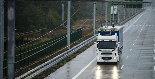 Horribilis összegbe került volna a rendszer kiépítése az autópályákra. Más megoldást találtak ki (fotó: Scania)