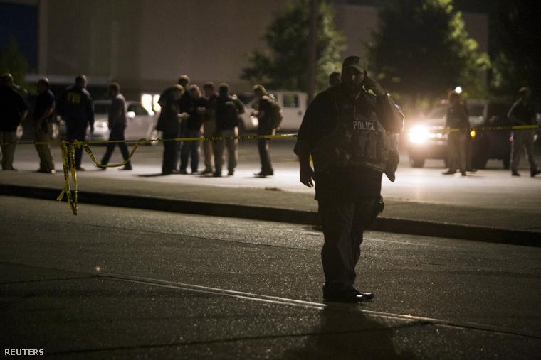 Rendőrök Lafayette-ben, a lövöldözés helyszínén