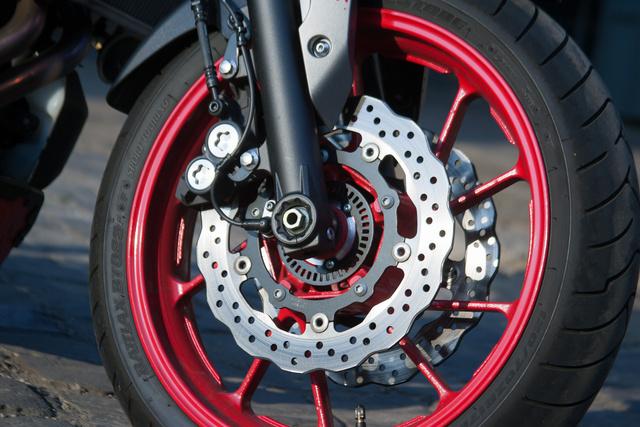 Az első kerék piros, a hátsó fekete. Ez kiadja!
