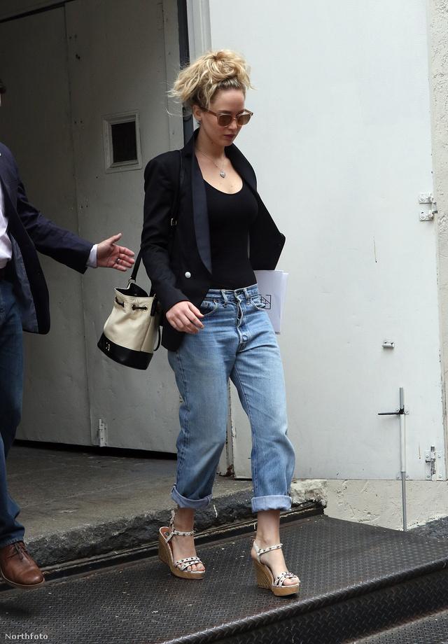 Jennifer Lawrence boyfriend farmerrel, telitalpú szandállal és egy klasszikus fekete zakóval viselte a fekete-bézs vödörtáskát.