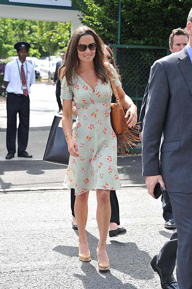 Pippa Middleton egy konzervatívabb virágmintás nyáriruhával hozta össze a rojtos hippi táskát.