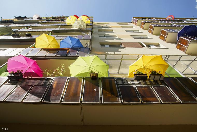 Napernyők egy panelház erkélyein a kánikulában az újpalotai lakótelepen