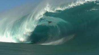 Óriáshullám temette maga alá a szörföst