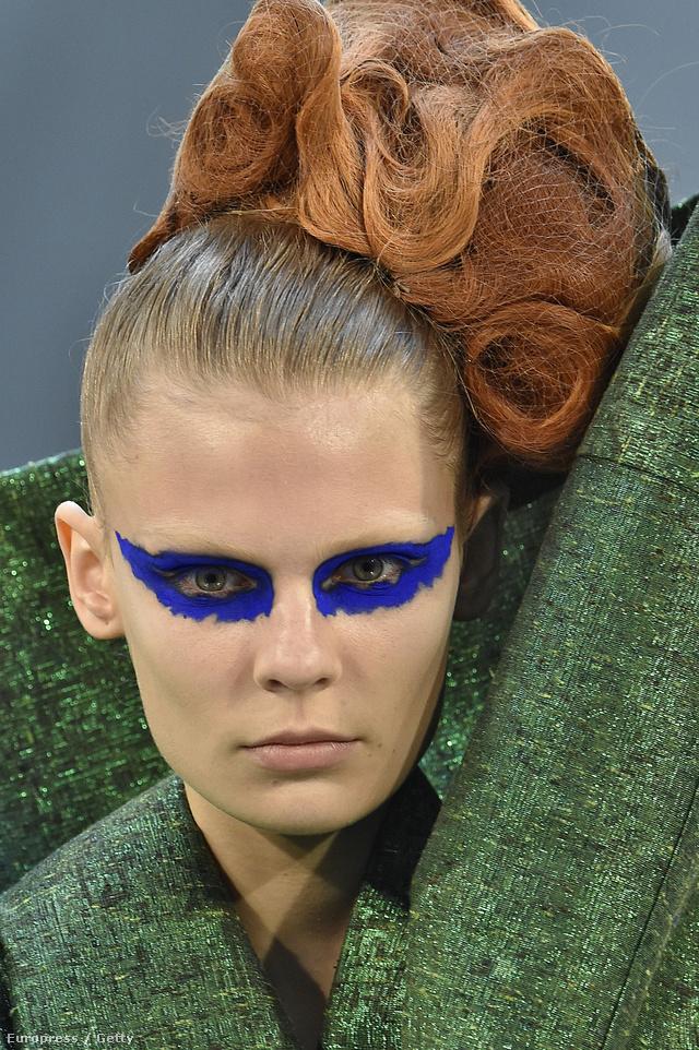 Kobaltkék szemet kapott modell Maison Margiela kifutóján.