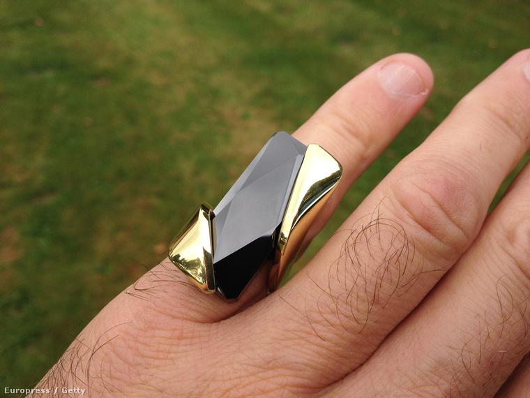 A Kovert gyűrű az újjunkon rezeg ha a telefonukra értesítés jön. Igen, ennyit tud.