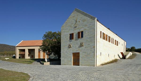 """2. Béres Szőlőbirtok és Pincészet, Erdőbénye:                         A tokaji borvidéken található borászatot az Ausztráliában élő magyar származású építész, Anthony Gall tervezte a Béres család felkérésére 2006-ban, majd a következő évben tervezése elnyerte a Pro Architectura Építészeti Nívódíjat valamint a 2007. évi Építőipari Nívódíjat is. """"Célunk a kezdetektől az volt, hogy a Birtokhoz tartozó történelmi dűlőkből származó szőlőből modern szemlélettel és eszközökkel Tokaj-Hegyalja rangjához méltó, nagy borokat alkossunk. Ma már büszkén mondhatjuk, hogy ezt a célt elértük: a kiváló talajadottságoknak, a mikroklímának, hozamkorlátozásnak és a hozzáértő, kíméletes feldolgozásnak köszönhetően már az első, 2003-as évjáratból igen szép, ígéretes borokkal mutatkozhattunk be, melyeket azóta is további sikerek követnek hazánkban és külföldön egyaránt."""" –mutatja be a 3000 négyzetméter területű birtokot a Béres család."""