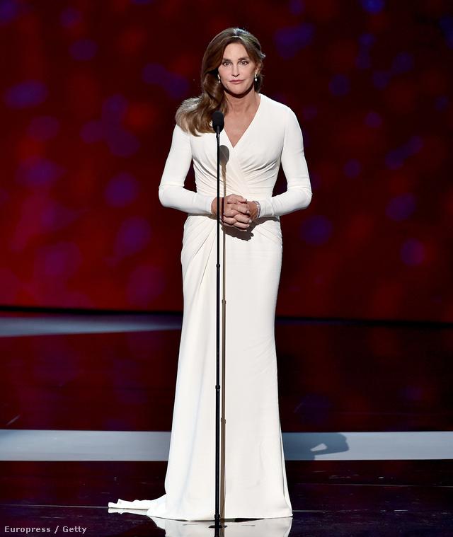 A hófehér Versace ruhában igazi díváként vette át a neki ítélt Arthur Ashe Courage díjat a júliusi ESPYS gálán.