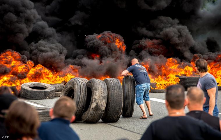 A My Ferry Link cég alkalmazottai égő gumiabroncsokkal torlaszolták el a calais-i kikötőbe vezető utat 2015. július 31-én.