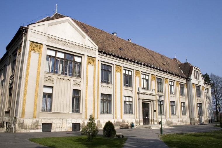 Az 1818-ban Albert Kázmér herceg álltal alapított Gazdasági Magánintézet mely ma a Nyugat-Magyarországi Egyetem Mezőgazdasági és Élelmiszettudományi Karának B épülete Mosonmagyaróváron.
