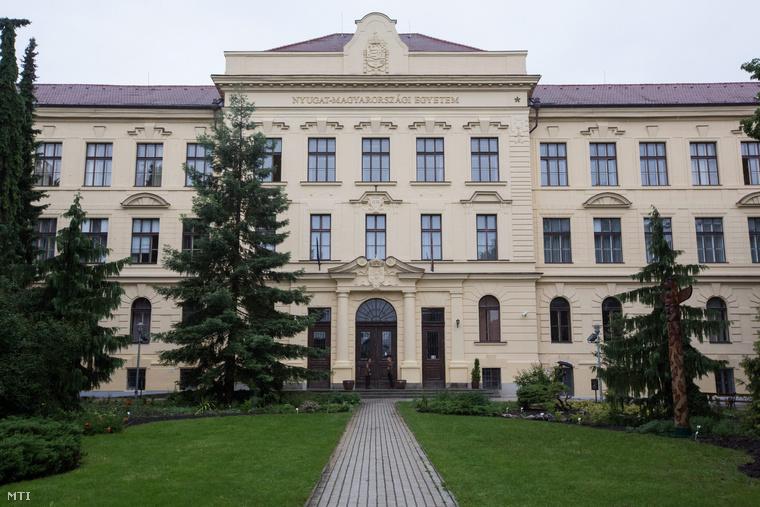 A Nyugat-magyarországi Egyetem főépülete Sopronban.