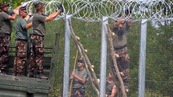 Építik a kerítést Ásotthalomnál
