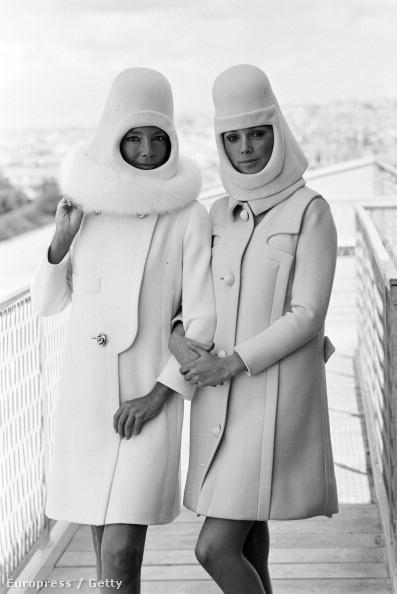 Futurista, bukósisak-szerű téli kalapok Pierre Cardin 1966-os kollekciójában.