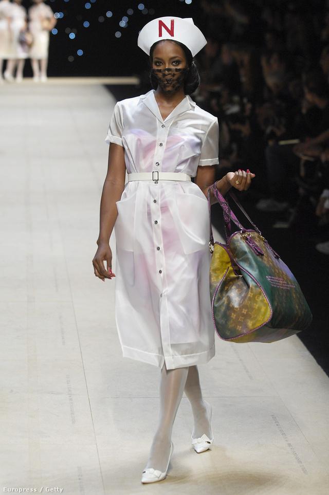 Cardin korai éveinek másik meghatározó gyűjteménye, az 1970-es tervezésű 'ápolónő' kollekció is felbukkant a párizsi divathéten az elmúlt években. A dögös egyenruhákban nem más, mint a Louis Vuitton akkor kreatív igazgatója, Marc Jacobs látott fantáziát 2008-ban.