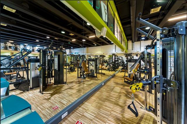 Fitness & More: szép és világos terem.