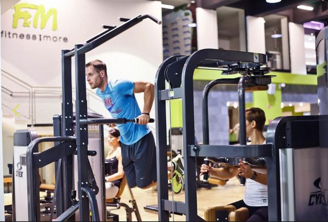 Fitness & More: Gyepesi Áron a terem egyik hivatalos fotóján gyúr.