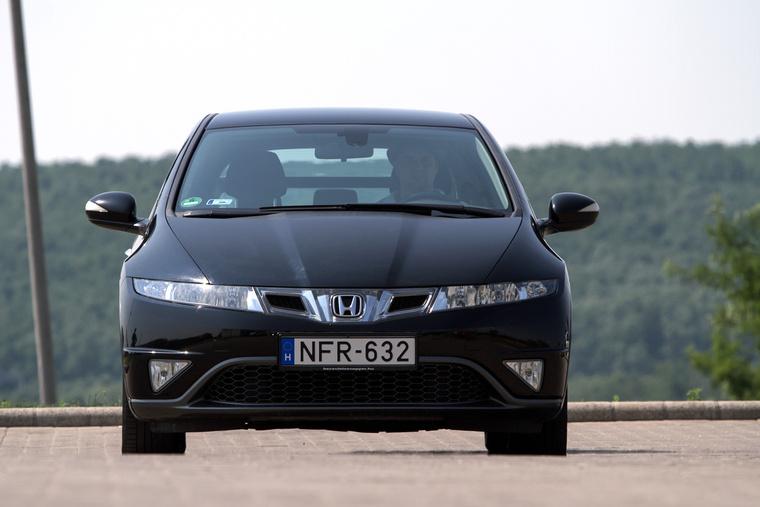 A 2008-as facelift utáni változatot legkönnyebben az embléma melletti két légbeömlőről ismerni meg. A korai modelleken ezek nincsenek