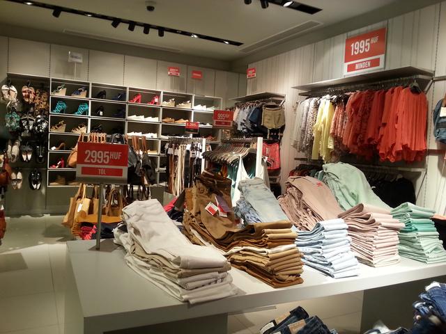 Bershka: jól jártunk az Arénával, chino nadrágokat 2500, pólókat 1300 forintért találtunk változatos méretben és színben.